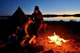 Lena Bjelfman dog fire light evening camping blog Tentipi
